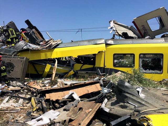 Hasiči prehľadávajú trosky po čelnej zrážke dvoch regionálnych vlakov pri meste Andria v regióne Apúlia