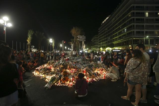 Na snímke kvety, sviečky a odkazy neďaleko miesta, na ktorom nákladné auto vrazilo do davu ľudí počas sviatku Dňa Bastily, v Nice 16. júla 2016. Teroristická organizácia Islamský štát (IS) sa prihlásila k štvrtkovému útoku, ktorý sa odohral počas osláv francúzskeho národného sviatku v uliciach mesta Nice