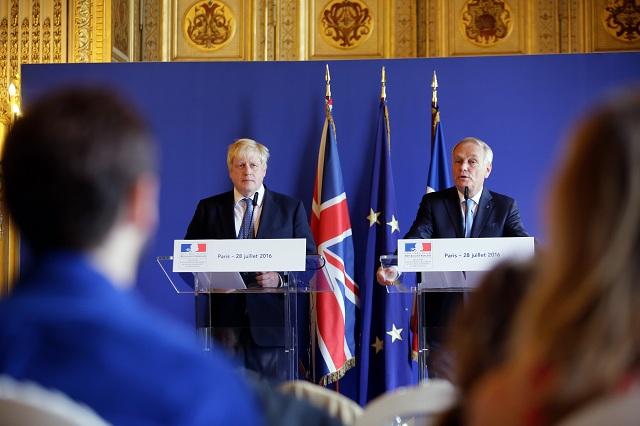 rancúzsky minister zahraničných vecí  Jean Marc Ayrault (vpravo) počas spoločnej tlačovej konferencie so svojím britským rezortným partnerom Borisom Johnsonom po ich stretnutí v Paríži