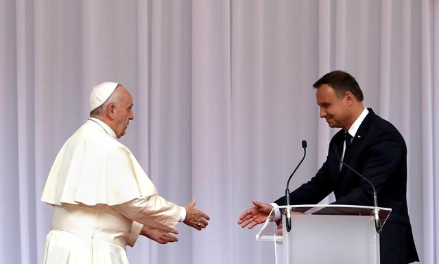 Na snímke vľavo pápež František, vpravo poľský prezident Andrzej Duda