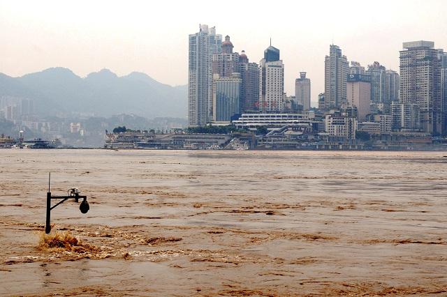 Na snímke pouličná lampa v rozvodnených vodách rieky Jang-c´- ťiang v juhočínskom Čchong-ťingu