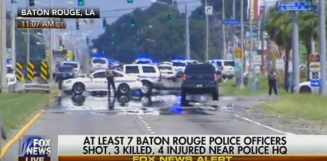 Na snímke z videa policajné autá po streľbe, pri ktorej zomreli traja policajti