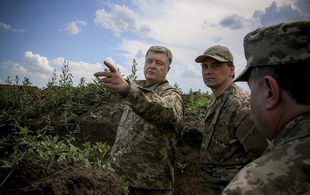 Na archívnej snímke si ukrajinský prezident Petro Porošenko  prehliada výstavbu opevnenia počas svojej návštevy v Doneckej oblasti