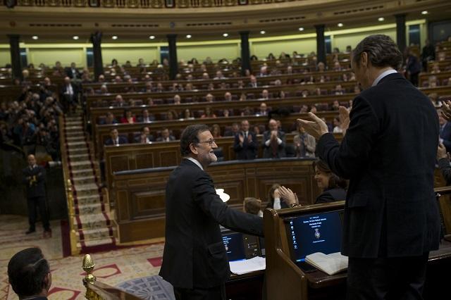 Na snímke v popredí úradujúci premiér Marian Rajoy a poslanci španielskeho parlamentu v parlamentnej sále