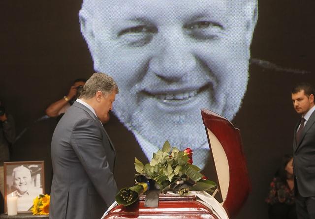 Ukrajinský prezident Petro Porošenko stojí pred truhlou s pozostatkami novinára Pavla Šeremeta počas rozlúčky 22. júla 2016 v Kyjeve. Jeden z najznámejších novinárov na Ukrajine zahynul 20. júla 2016 pri výbuchu nálože vo vozidle v Kyjeve. Pavel Šeremet sedel ráno sám v aute svojej kolegyne, keď v centre hlavného mesta explodovalo, informovali internetové noviny Ukrajinska pravda, pre ktoré rodený Bielorus pracoval
