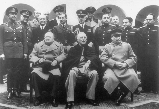 Na archívnej snímke z foto z Jaltskej konferencie ktorá sa začala 4. februára 1945. Na nej  britský ministerský predseda Winston Churchill, americký prezident Franklin Roosevelt a predseda Rady ľudových komisárov ZSSR Josif Vissarionovič Stalin (na snímke zľava doprava) rokovali o usporiadaní sveta po II. svetovej vojne