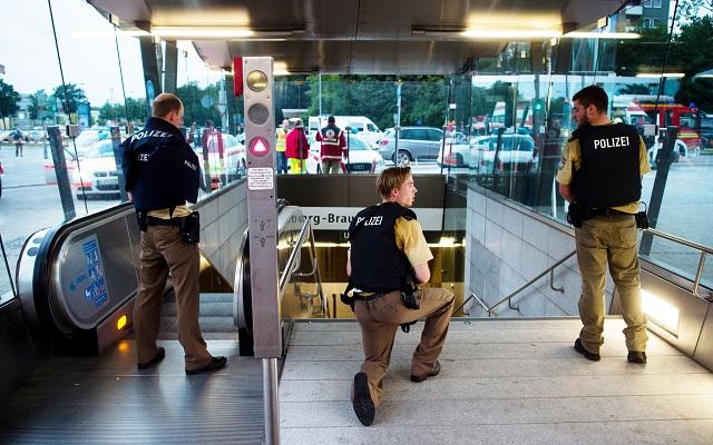Policajti patrolujú pri stanici metra v nákupnom centre Olympia v bavorskej metropole Mníchov, kde si streľba vyžiadala niekoľko mŕtvych a zranených