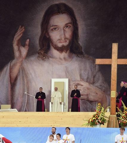 """Na snímke uprostred pápež František počas stretnutia s veriacimi v rámci Svetových dní mádeže v poľskom Krakove 28. júla 2016. Pápež František vyzval dnes mladých ľudí na """"rebéliu"""" za lepší svet. """"Bolí ma, keď stretnem mladých ľudí, ktorí vyzerajú, akoby predčasne odišli do dôchodku"""