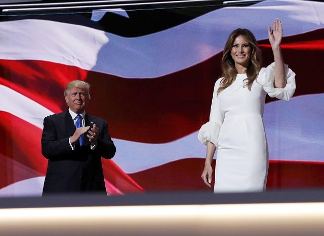 Na snímke vľavo Donald Trump a jeho manželka Melani
