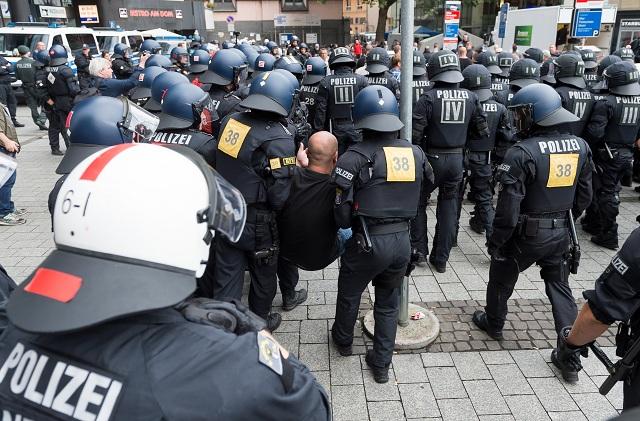 Policajti zatýkajú pravicového demonštranta počas  demonštrácie na podporu tureckého prezidenta Recepa Tayyipa Erdogana v centre Kolína nad Rýnom 31. júla 2016. Na demonštrácii očakáva kolínska polícia asi 30.000 ľudí
