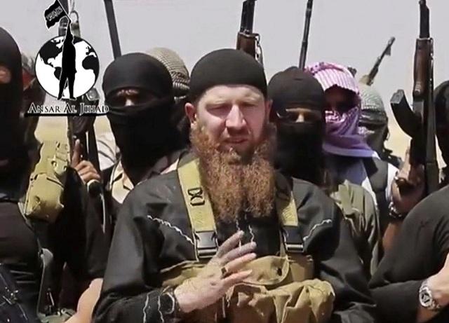 """Na snímke z nedatovaného videa, ktoré zverejnili 28. júna 2014, je významný veliteľ Islamského štátu (IS) abú Umar Šíšání, ktorý býva označovaný za """"ministra vojny"""" tejto extrémistickej skupiny. Šíšání  podľahol v pondelok 14. marca 2016 v bašte IS - sýrskom meste Rakka - zraneniam, ktoré utrpel minulý týždeň pri americkom leteckom útoku"""