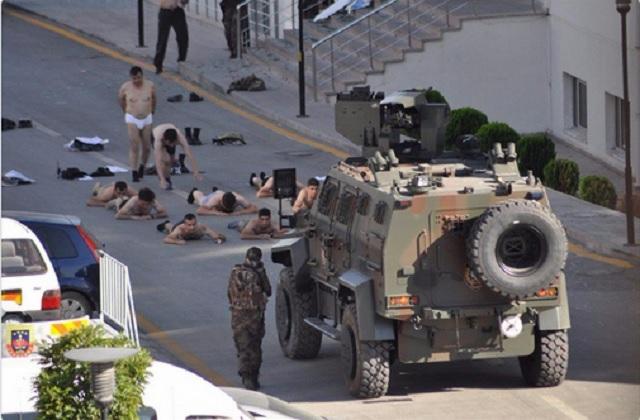 Vojaci ležiaci v spodnej bielizni na ulici