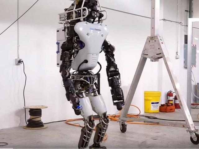 Spoločnosť Boston Dynamics poslala svojho dvojnohého humanoidného robota Atlas na prechádzku do lesa