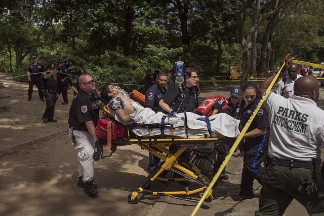 Záchranári odvážajú raneného mladíka z Central Parku