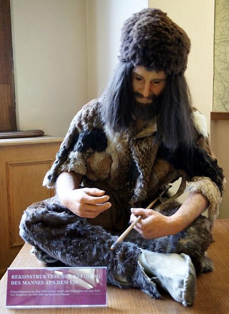 Takto asi vyzeral odev pravekého alpského muža Ötziho