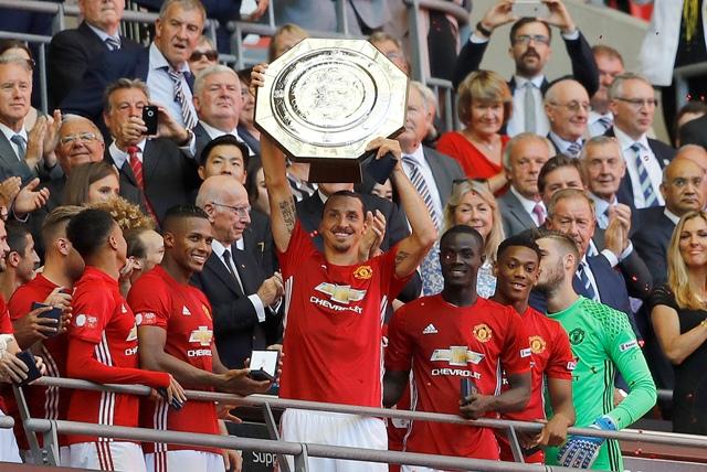 Futbalista Manchesteru United Zlatan Ibrahimovič drží superpohár Community Shield po triumfe v nedeľňajšom súboji proti Leicesteru City na londýnskom štadióne Wembley