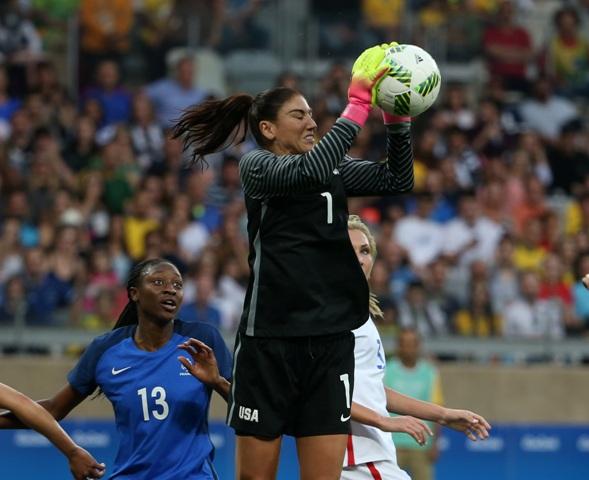 Americká brankára Hope Solová chytá loptu v zápase základnej G-skupiny USA - Francúzsko na XXXI. letných olympijských hrách v brazílskom Riu de Janeiro