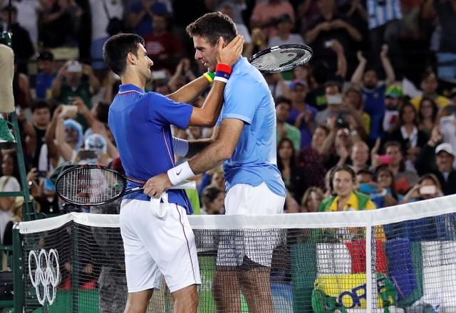 Na snímke vľavo srbský tenista Novak Djokovič sa s účinkovaním na olympijskom turnaji v Rio de Janeiro rozlúčil prekvapujúco už v 1. kole, keď ho zdolal nenasadený Argentínčan Juan-Martin Del Potro (vpravo) 7:6 (4), 7:6 (2)
