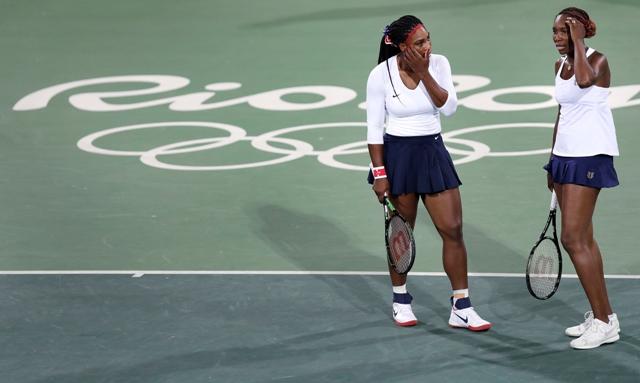Americké tenistky Venus Williamsová (vpravo) a jej sestra Serena Williamsová počas zápasu prvého kola štvorhry proti českému páru Lucie Šafářová, Barbora Strýcová na letných olympijských hrách