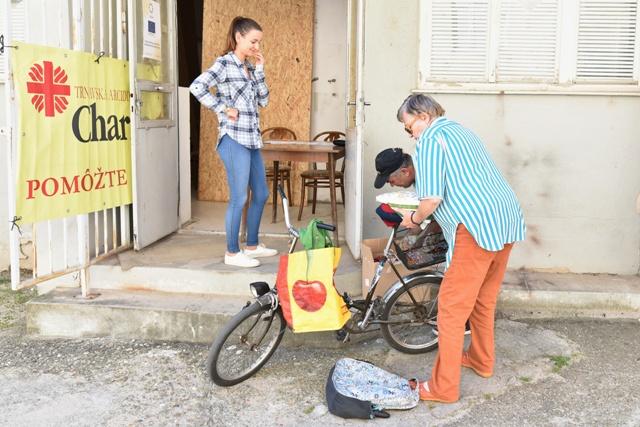 Na snímke odovzdávanie balíčkov potravinovej pomoci pre chudobných v Trnave