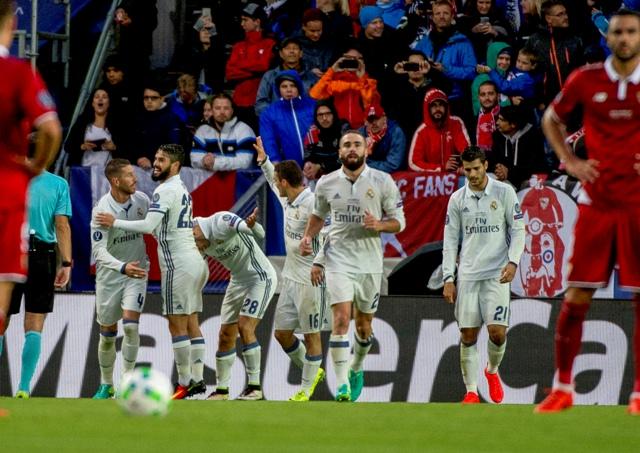 Hráč Realu Madrid Marco Asensio (tretí zľava) oslavuje so spoluhráčmi úvodný gól do bránky Sevilly vo futbalovom zápase o európsky Superpohár UEFA Real Madrid - FC Sevilla