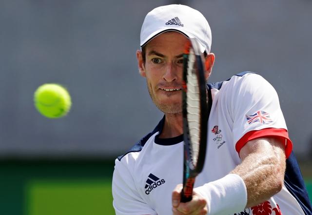 Britský tenista Andy Murray odvracia loptičku Argentínčanovi Juanovi Monacovi v 2. kole mužskej dvojhry na OH 2016 v Rio de Janeiro