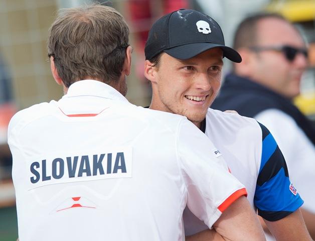 Na snímke vpravo slovenský reprezentant Jozef Kovalík a vľavo nehrajúci kapitán slovenského daviscupového tímu Miloslav Mečíř