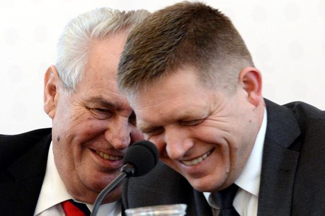 Na snímke vľavo prezident Českej republiky Miloš Zeman a slovenský premiér Robert Fico