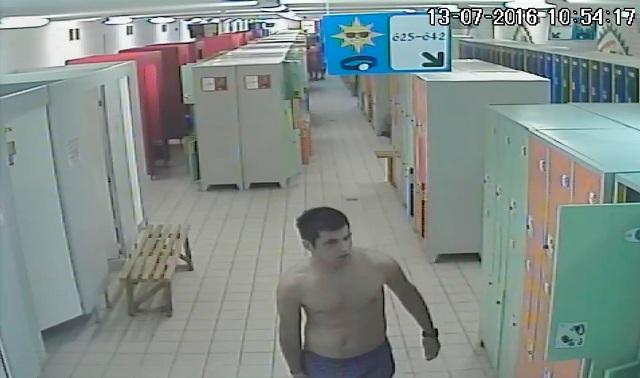 Na snímke podozrivý muž