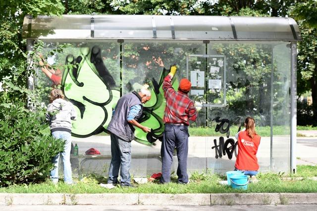 Čistenie autobusových zastávok ľudmi bez domova v spolupráci s Trnavskou arcidiecéznou charitou v Trnave