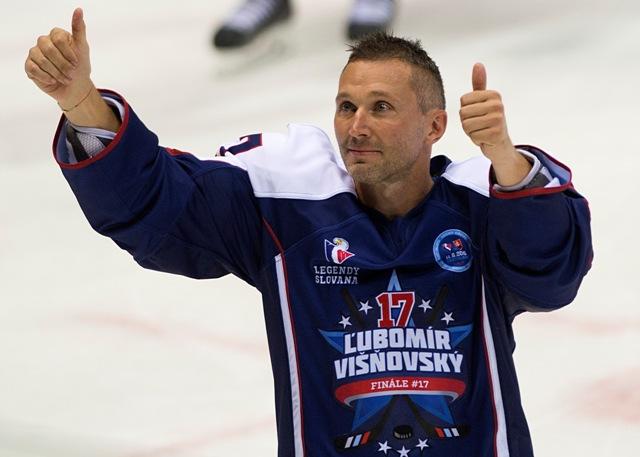 Na snímke Ľubomír Višňovský sa lúči po benefičnom hokejovom zápase Legendy Slovana Bratislava - Zlatí chlapci z Göteborgu