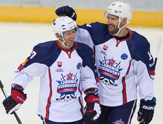Na snímke vľavo Ľubomír Višňovský a vpravo Andrej Meszároš oslavujú gól počas benefičného hokejového zápasu Legendy Slovana Bratislava -  Zlatí chlapci z Göteborgu