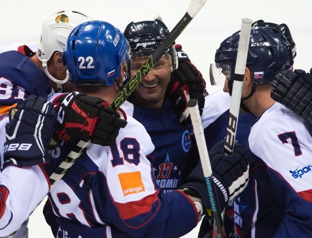Na snímke uprostred Ľubomír Višňovský sa lúči po benefičnom hokejovom zápase medzi Legendami Slovana a Zlatými chlapcami 11. augusta 2016 v Bratislave. Zľava Miroslav Lažo, Richard Kapuš