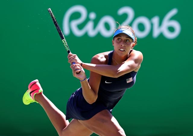 Americká tenistka Madison Keysová odvracia úder Rusky Darje Kasatkinovej vo štvrťfinále ženskej dvojhry na OH v Riu de Janeiro