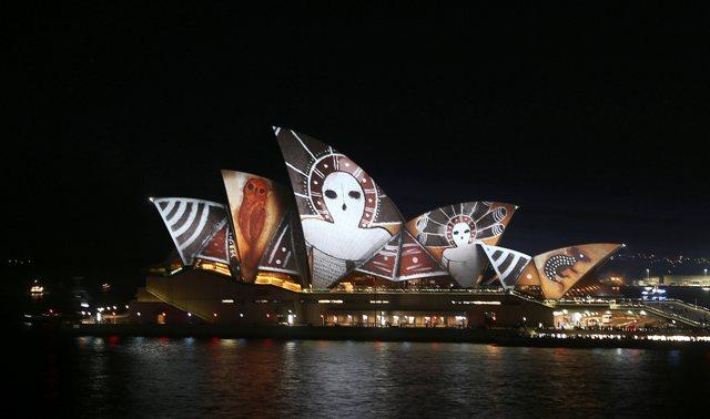 Svetelná projekcia na komplexe svetoznámej budovy Opera House v austrálskom Sydney v rámci 8. ročníka festivalu svetla, hudby nápadov a myšlienok Vivid Sydney 14. júna 2016