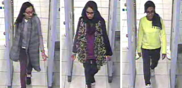 Na kombosnímke britské školáčky, zľava Kadiza Sultana (16), Shamima Begum (15), Amira Abase (15) prechádzajú cez kontrolu na londýnskom letisku Gatwick pred ich odletom 17. februára 2015