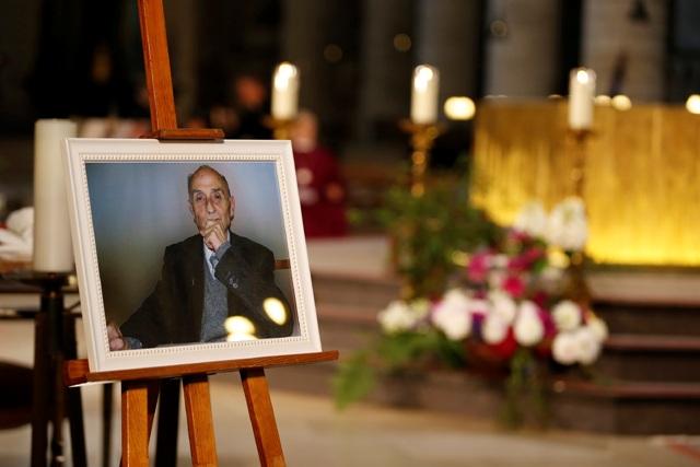 Na snímke fotografia duchovného Jacquesa Hamela je vystavená počas zádušnej omše v katedrále Notre Dame