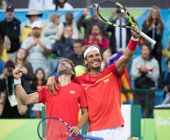 Na snímke vpravo španielsky tenista Rafael Nadal a jeho krajan Marc Lopez