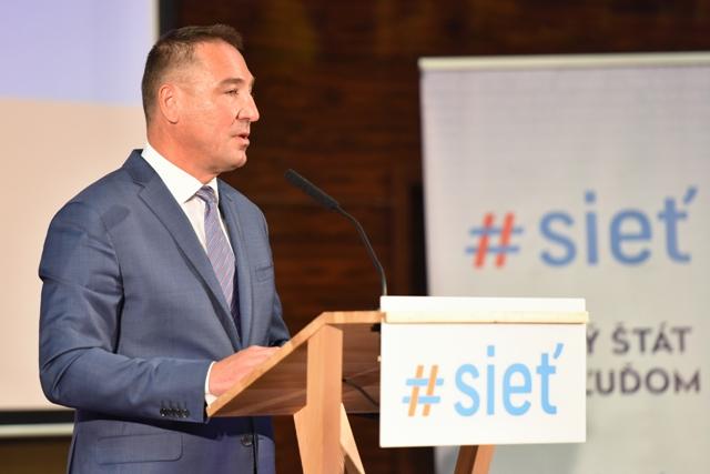 Na snímke navrhnutý kandidát na predsedu strany #Sieť Roman Brecely na sneme strany v Trnave