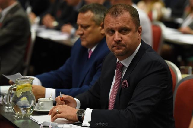 Na snímke vpravo podpredseda parlamentu za stranu #Sieť Andrej Hrnčiar na sneme strany v Trnave