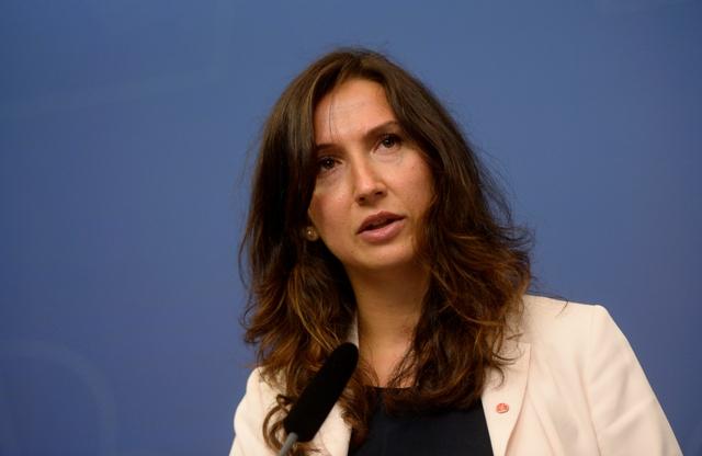 Švédska ministerka pre vyššie vzdelávanie Aida Hadzialicová oznamuje svoju rezignáciu na tlačovej konferencii v Štokholme