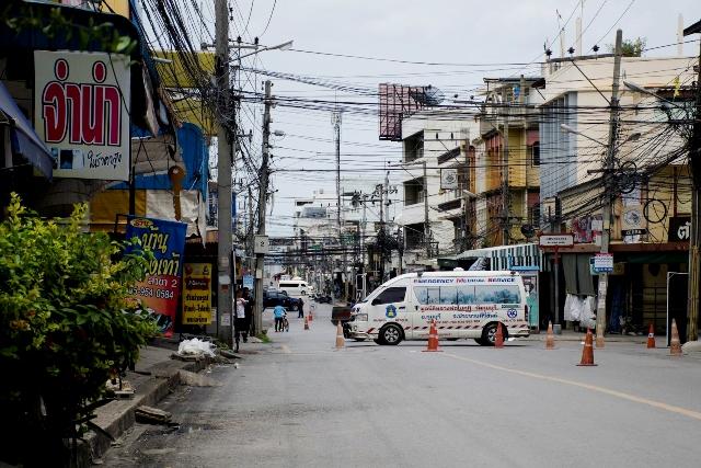 Policajti riadia dopravu po štvrtkových explóziách v thajskom turistickom letovisku Hua Hin 12. augusta 2016
