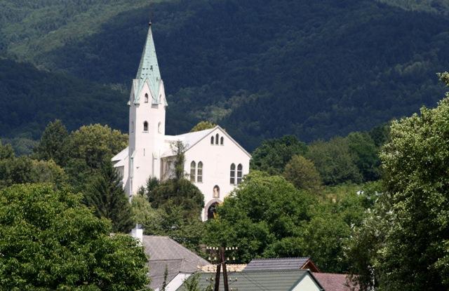 Na snímke pohľad na Kostol sv. Michala Archanjela od budovy obecného úradu v Chrenovci – Brusne