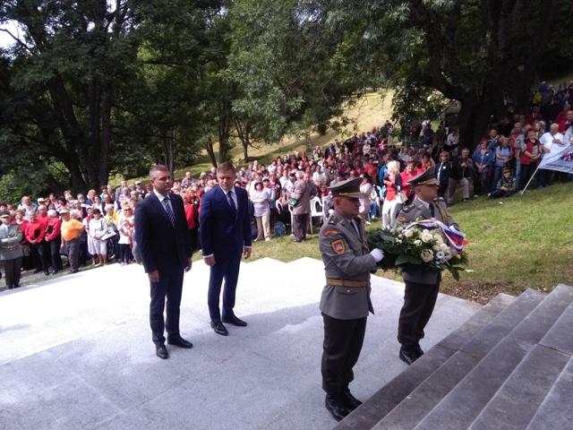 Na snímke uprostred vpravo premiér SR Robert Fico a uprostred vľavo  podpredseda vlády SR pre investície a informatizáciu Peter Pellegrini počas spomienkového podujatia
