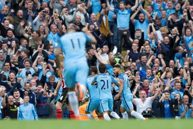 Hráč Manchesteru City Sergio Aguero (vpravo) oslavuje so spoluhráčmi úvodný gól z penaltového kopu do bránky Sunderlandu vo futbalovom zápase anglickej Premier League v Manchesteri