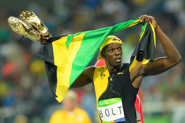 Na snímke jamajský šprintér Usain Bolt sa usmieva po triumfe vo finálovom behu na 100 metrov na XXXI. letných olympijských hrách v brazílskom Riu de Janeiro
