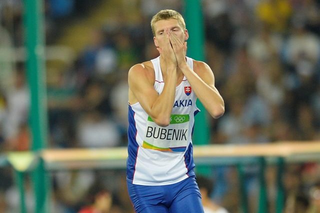 Na snímke slovenský atlét Matúš Bubeník reaguje počas kvalifikácie v skoku do výšky na XXXI. letných olympijských hrách v brazílskom Riu de Janeiro