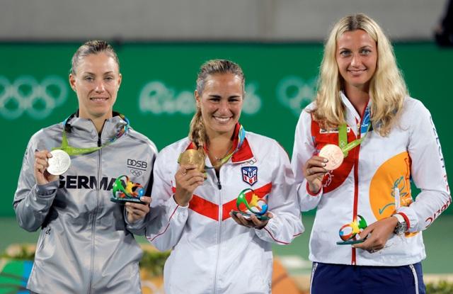 Víťazná portorická tenistka Monica Puigová (v strede) pózuje so zlatou medailou vedľa striebornej Nemky Angelique Kerberovej (vľavo) a bronzovej Češky Petry Kvitovej (vpravo) po finále zápasu ženskej dvojhry na OH 2016 v Rio de Janeiro