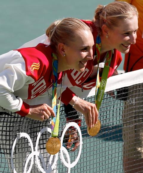 Ruské tenistky  Jekaterina Makarovová (vpravo) a Jelena Vesninová pózujú so zlatou medailou po výhre vo finálovom zápase ženskej štvorhry proti švajčiarskemu deblovému páru Timea Bacsinszká, Martina Hingisová na OH 2016 v Rio de Janeiro