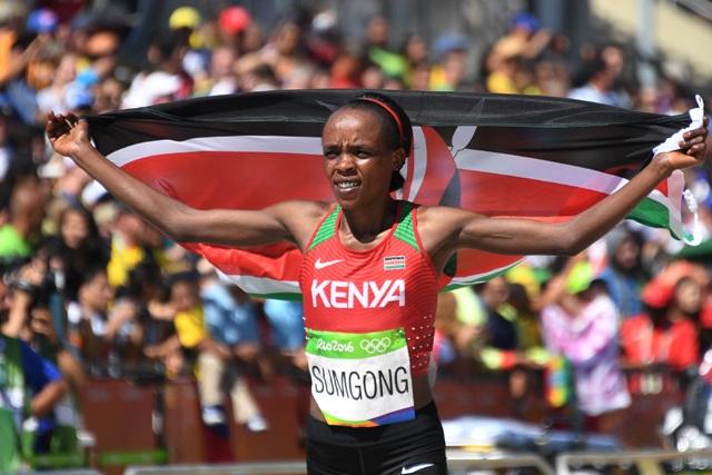 Kenská atlétka Jemima Jelagat Sumgongová oslavuje víťazstvo v maratóne žien na OH v Rio de Janeiro